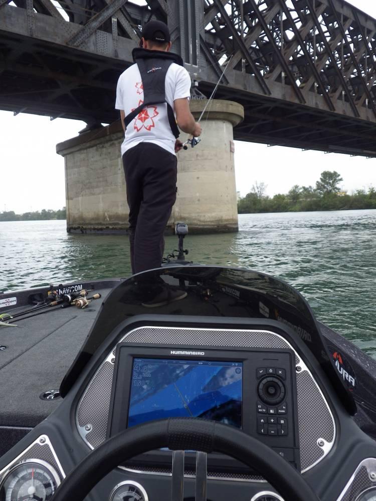 pêche sous un pont