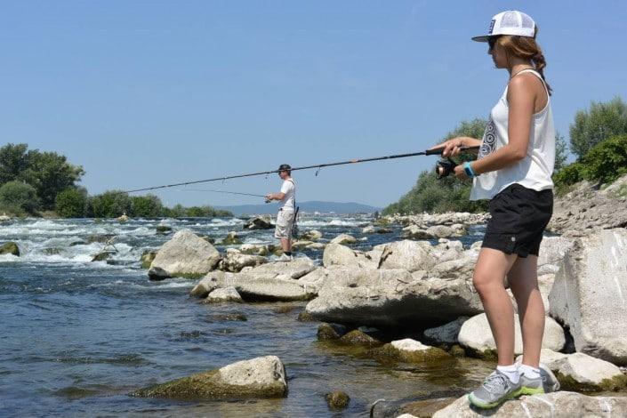 Stéphanie et Goran peche dans les rapides de la riviere sava