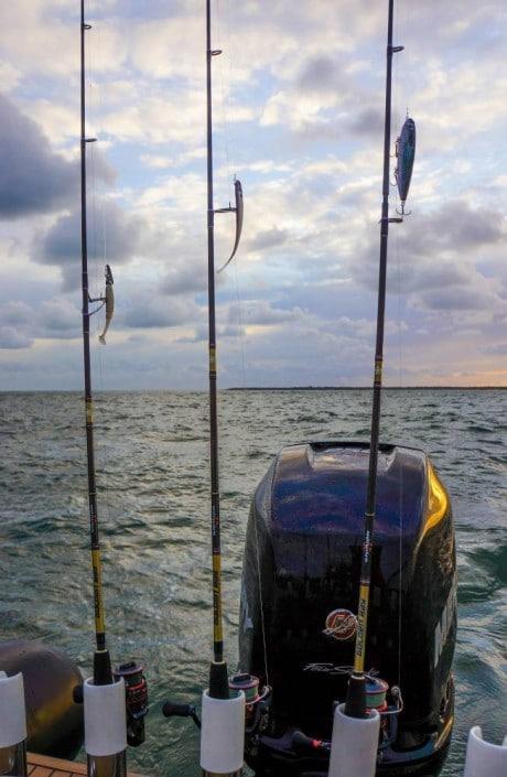 vue de l'arrière du bateau de jean servant team seakura et guide de peche sur le bassin d'arcachon