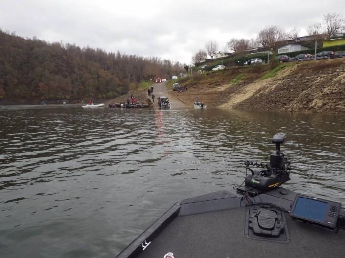 Le bass boat Ranger de la Team Sakura regagne la zone de débarquement