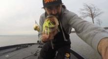 jean christophe david team sakura avec un bass pris sur un monarc custom double colorado blanc chartreuse 2