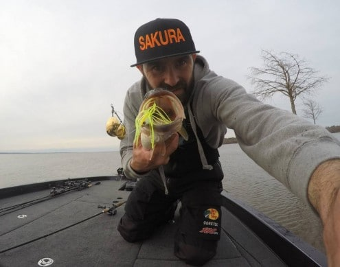 jean christophe david team sakura avec un bass pris sur un monarc custom double colorado blanc chartreuse 2