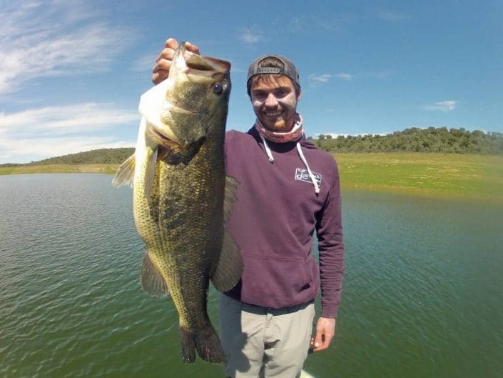 bastien nicolay team sakura fishing et louvine collective avec un maxi bass de 57cm
