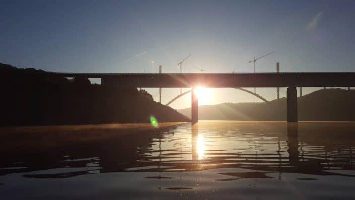 lever-de-soleil-sur-le-lac-dalcantara-avec-son-pont
