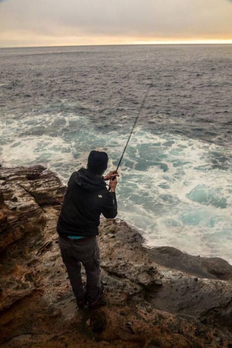 Tom aux prises avec un joli poisson depuis le bord