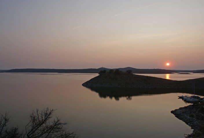 coucher de soleil en extremadua sur le lac alcantara