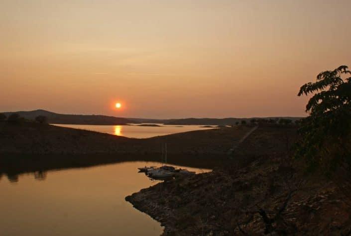 coucher de soleil sur la marina du lac alcantara